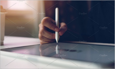 Women hand are using the tablet